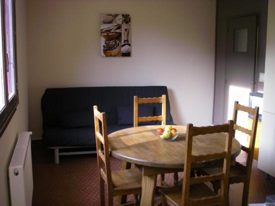 La salle à manger et lit d'appoint.