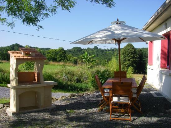 La terrasse et son barbecue.