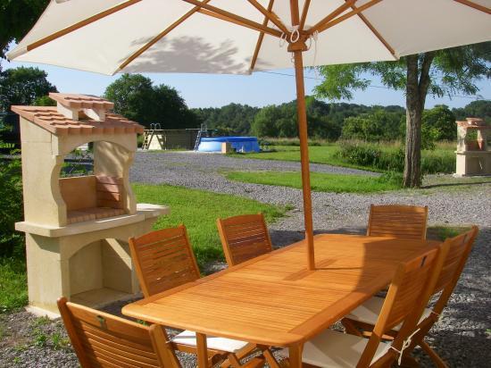 La terrasse + le barbecue.